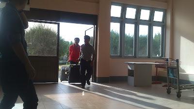 entrega de maletas en mano aeropuerto de bagan
