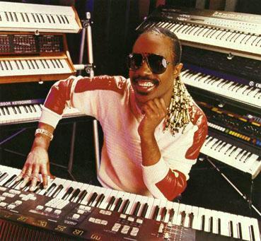 Foto de Stevie Wonder rodeado de órganos