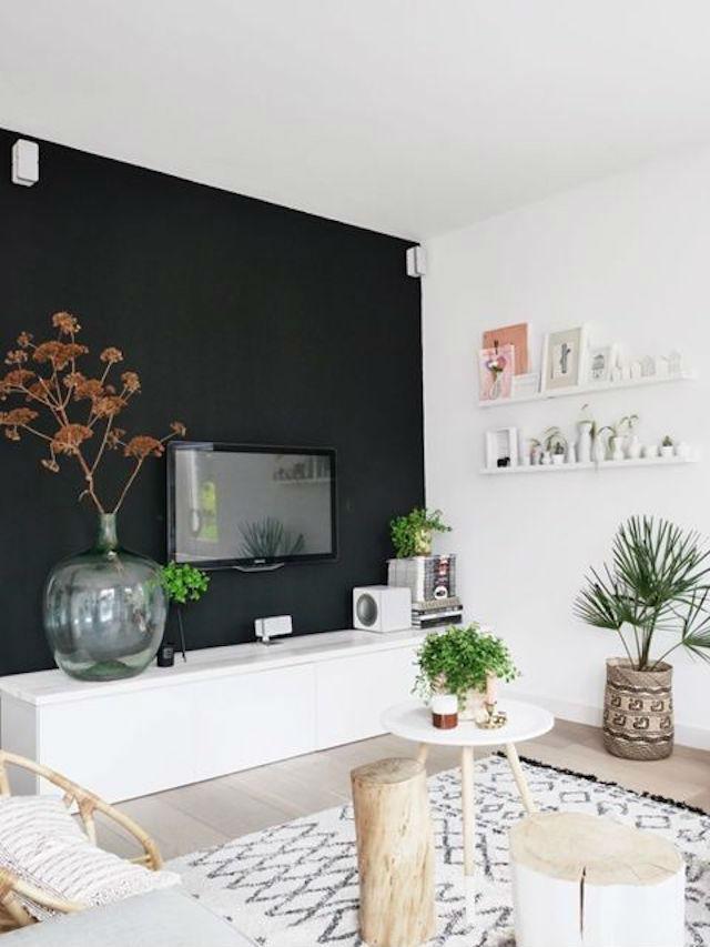 Tv plana delante de pared negra