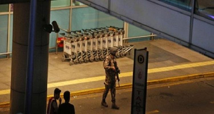 تصرف بطولي من جندي تركي تصدى لأحد الإنتحاريين و أنقذ المطار من كارثة محققة