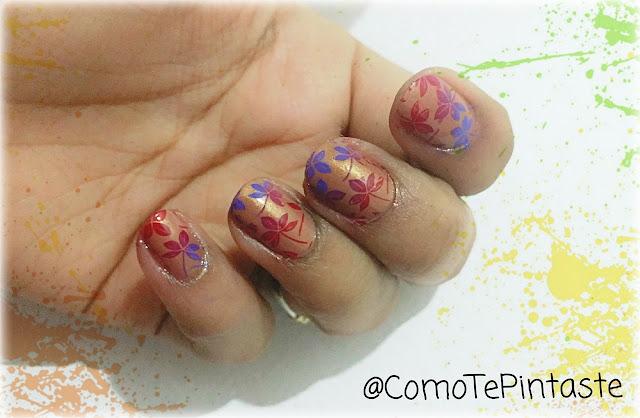 flores rojas y violetas en degradé sobre base dorada, mano en horizontal
