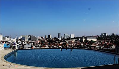 Kolam renang Somerset Asia Afrika Bandung
