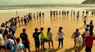 Atletas dos Jogos Escolares da Juventude fazem limpeza na praia de Ponta Negra