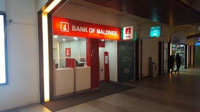 banco en terminal del aeropuerto maldivas