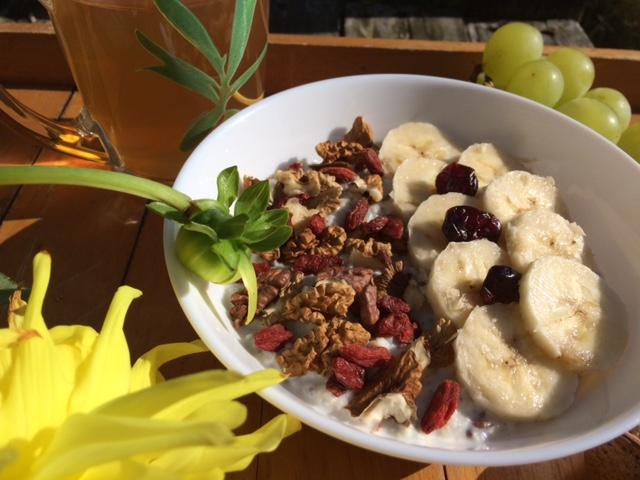 Płatki jaglane z bananami i zdrowymi dodatkami