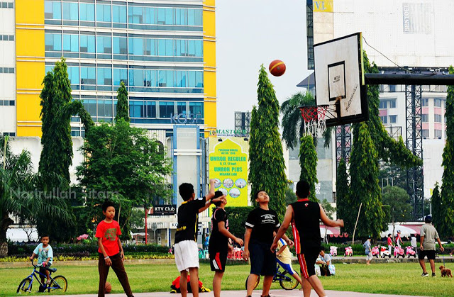 Aktivitas masyarakat di Simpang Lima Semarang