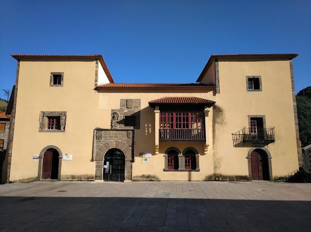 Palacio de Omaña, hoy Casa de la Cultura y Oficina de Turismo de Cangas del Narcea