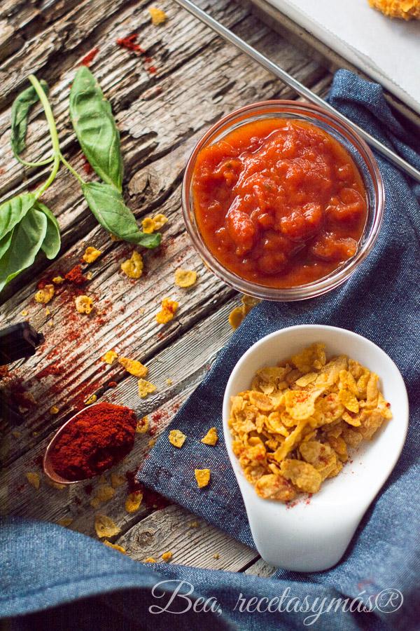 Pollo rebozado en copos de maiz con salsa de tomate a la albahaca