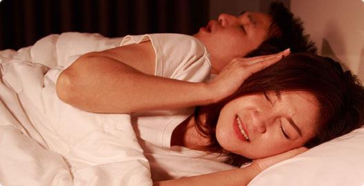 """Cảnh báo nguy hiểm của """"ngủ ngáy"""" và bí kíp trị ngủ ngáy cực hiệu quả, dễ thực hiện tại nhà"""