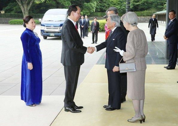 Emperor Akihito, Empress Michiko, Crown Prince Naruhito and Crown Princess Masako welcomed President Tran Dai Quang and his wife Nguyen Thi