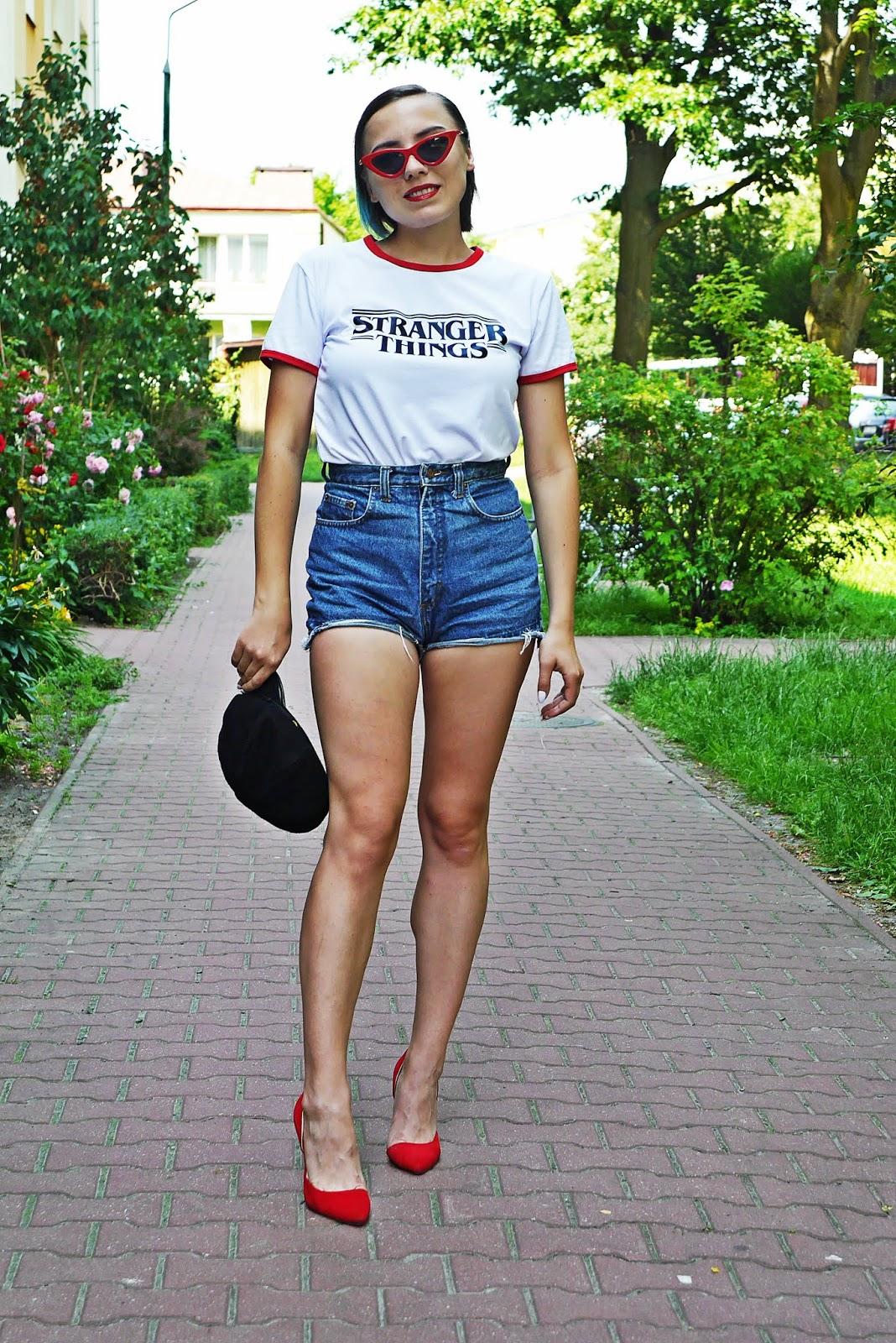 4_stranger_things_t-shirt_szorty_z-wysokim_stanem_czerwone_okulary_trojkaty_karyn_blog_modowy_040618