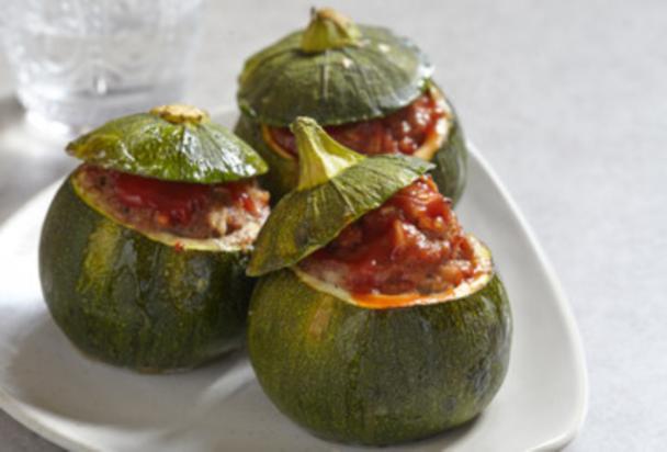 Zapallitos rellenos con carne y salsa de tomate