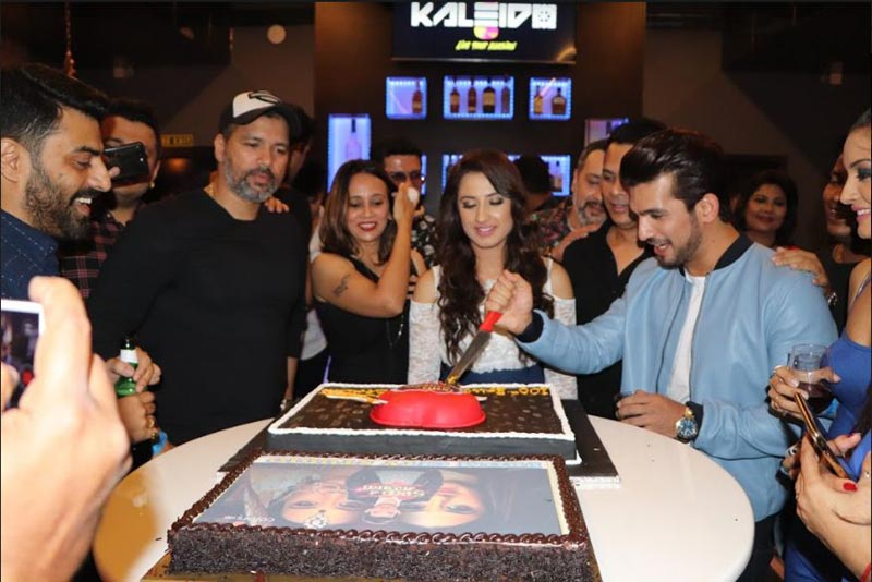 The cast and crew members of show Ishq Mein Marjawan celebrating the occasion