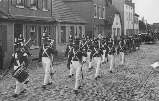 Die Bürgerwehr beim Winzerfestumzug 1931, der genaue Ort des Bildes ist unbekannt, vermutlich Nähe Storchennest, Nachlass Joseph Stoll, Album Winzerfest, lfd. No. 0041