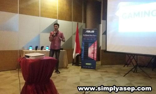 GAMING : Mas Aditya Wasa Wirman saat memberikan materi dan review kecanggihan gaming di ZenFone Max Pro M1. Foto Asep Haryono