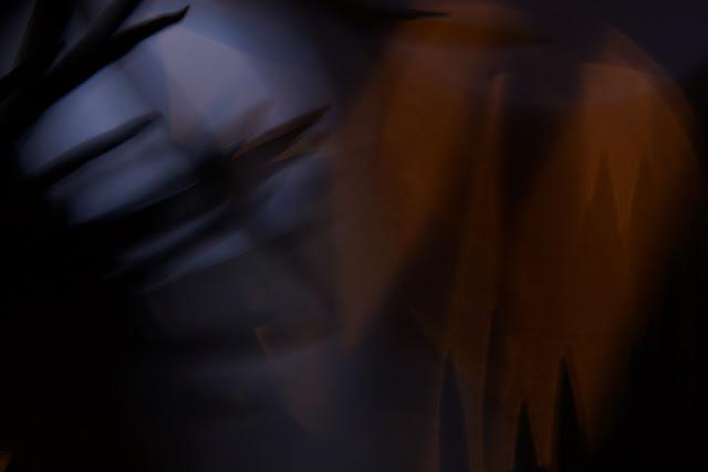 Niefiguratywna kompozycja abstrakcyjna. Kolorowa fotografia odklejona. fot. Łukasz Cyrus