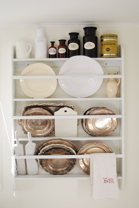 Rustic kitchen shelving inspiration | Image via Biskopsgarden.
