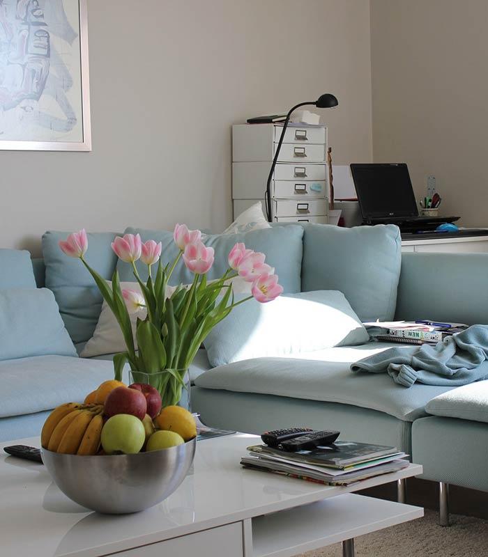 Decoração de sala de estar com flores