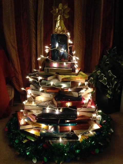 C mo hacer un rbol de navidad con tus libros favoritos - Arbol de navidad con libros ...