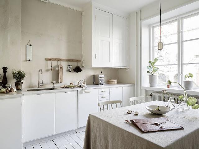 Biała kuchnia, syl skandynawski krzesło fameg, żarówka lampa