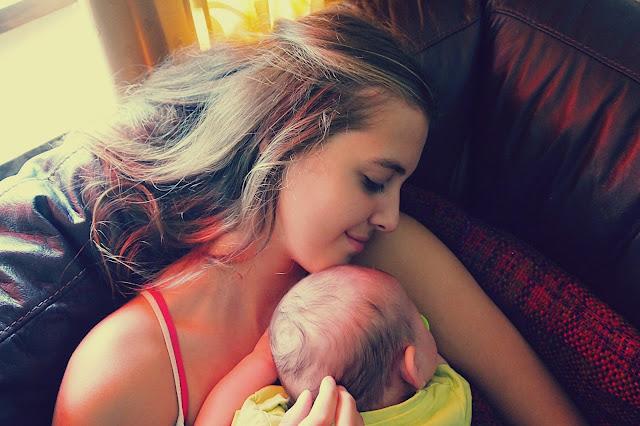 Estou grávida, e agora?, adolescente segurando um bebê, Gravidez na Adolescência, Blog para garotas cristãs, por Milene Oliveira