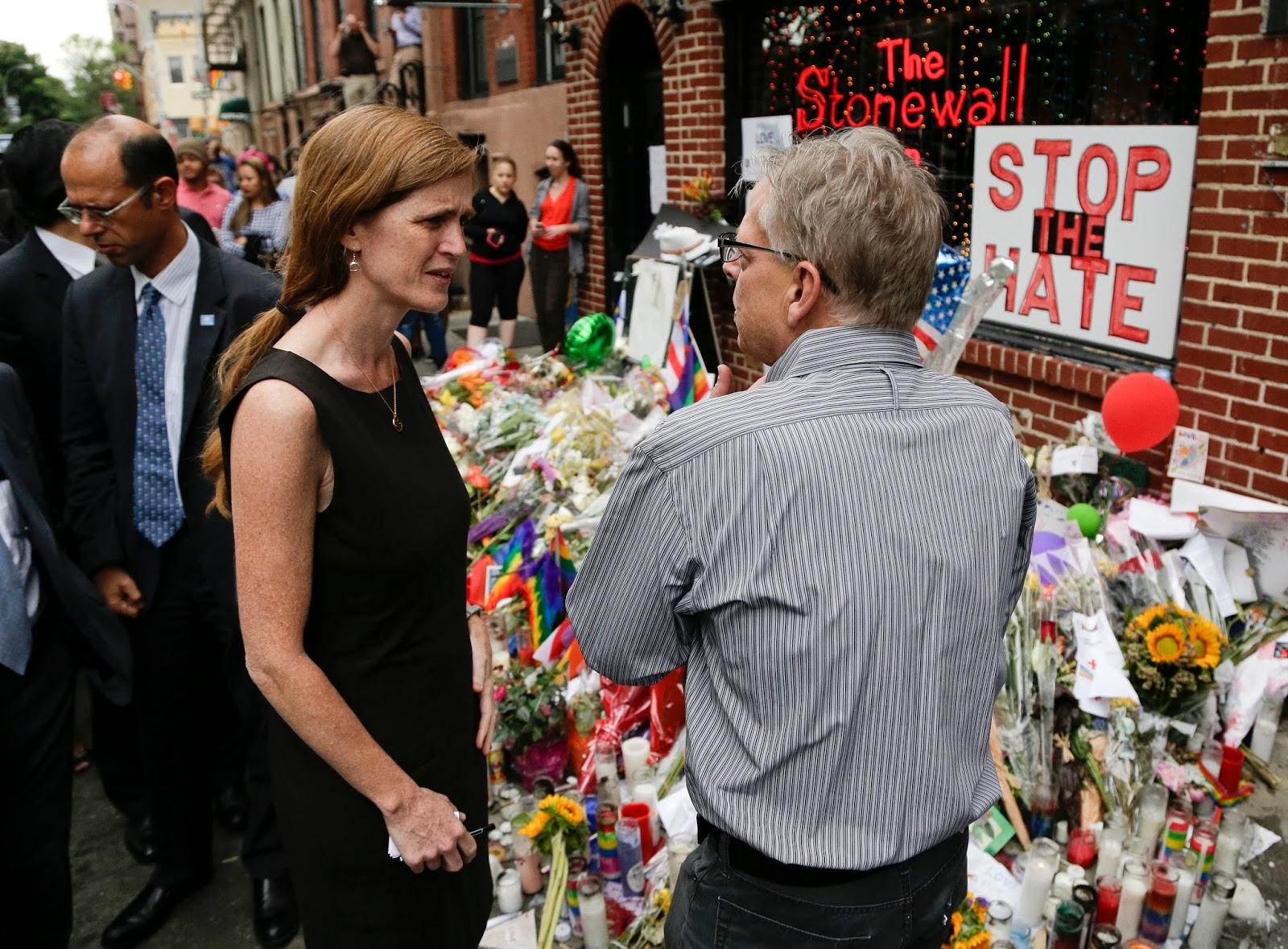 Embaixadores da ONU se reúnem em Stonewall Inn após massacre em Orlando