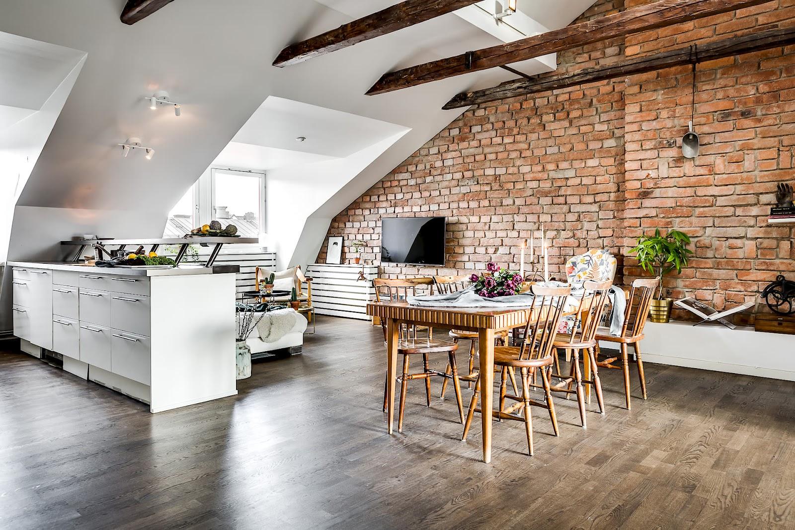 Plan deschis, amenajare scandinavă și cărămidă expusă într-o frumoasă mansardă de 72 m²