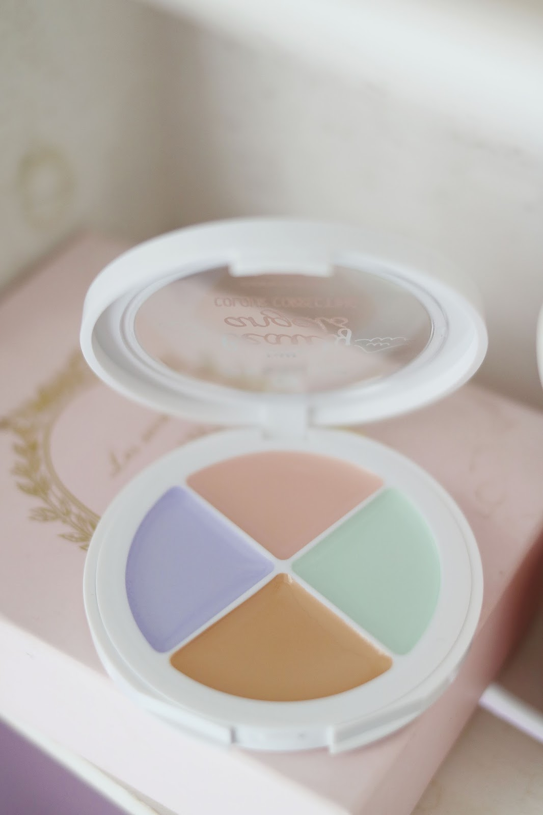 My Little Beauty Angels , Colours Correcting , Essence Cosmétiques ,  Essence , Blog beauté , Paris , Rose Mademoiselle , Rosemademoiselle , revue , swatch , avis , multicolour matt pearls , concealer palette , couleurs correctrices , teint parfait ,