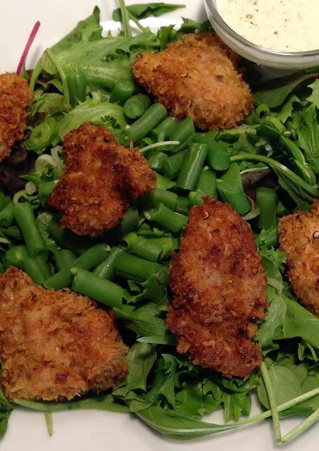 Gemengde salade met sperziebonen, kipnuggets en yoghurt-knoflooksaus