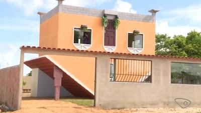 Pedreiro aposentado constrói casa de cabeça para baixo