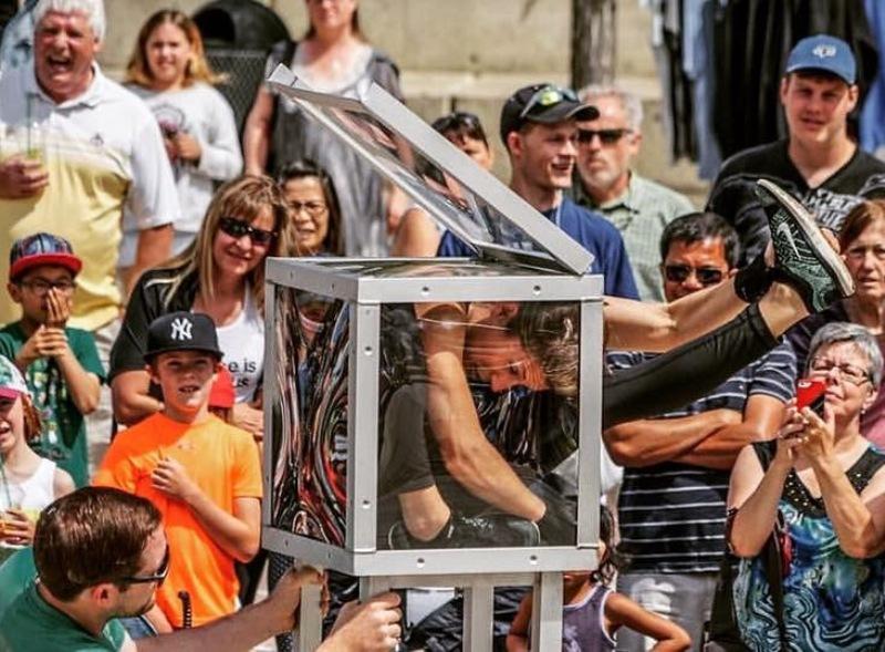 clarke quay streetfest contortionist bendy em