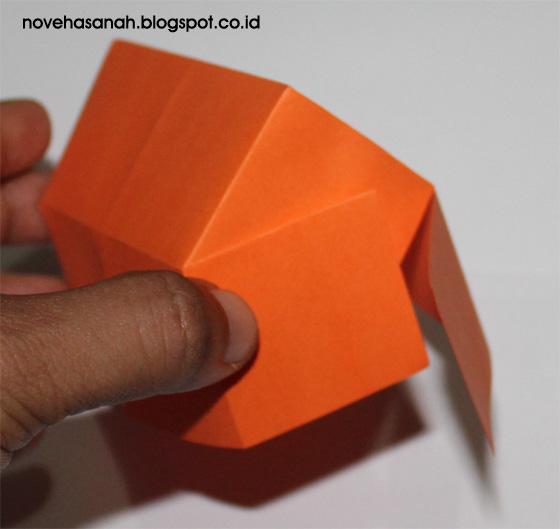 langkah ini menunjukkan cara membuat rumah-rumahan untuk anak-anak yang menggunakan kertas origami dan mudah serta cepat