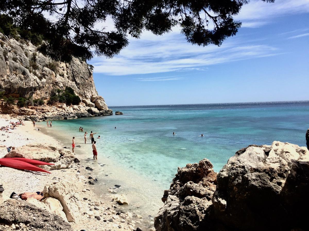 Sardinia Best Beaches Die schönsten Strände Sardiniens auf: http://www.theblondelion.com/2017/08/schoenste-straende-sardiniens.html Tipps Reiseblog Travel Diary Reiseführer Reisetipps Cala Fuili