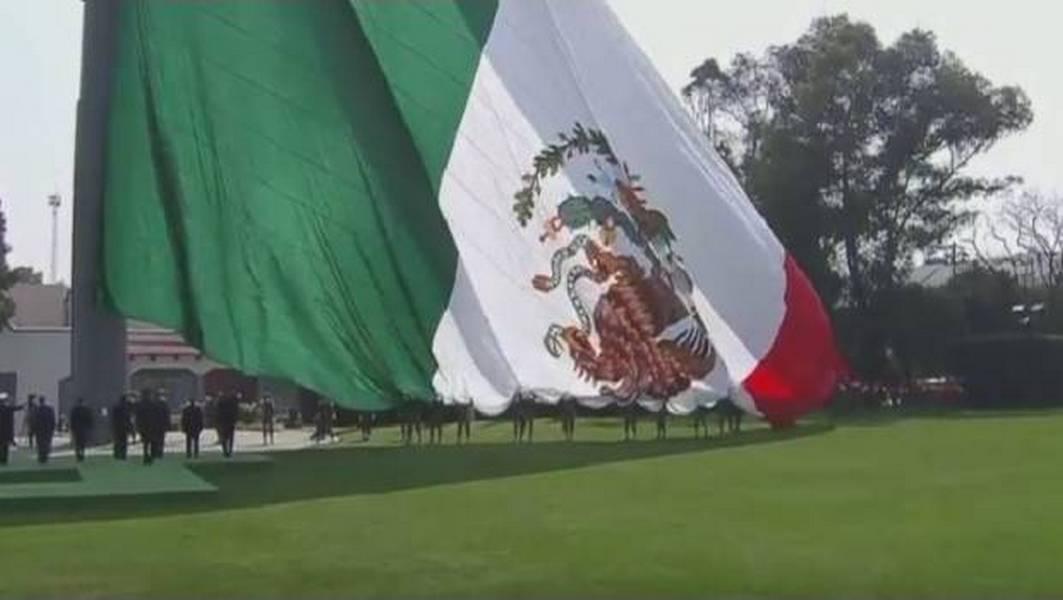 VIDEO: Izan de cabeza Bandera monumental durante acto conmemorativo de EPN