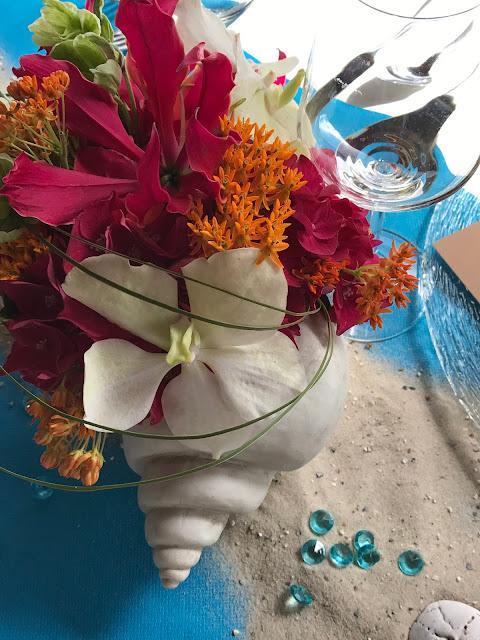 Tischdekoration Muscheln, Blumen, exotisch heiraten, Malediven Karbiik-Hochzeit im Seehaus, Riessersee Hotel Garmisch-Partenkirchen Bayern, Hochzeitsplanerin Uschi Glas