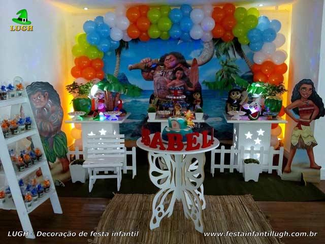 Mesa temática da Moana decorada para festa de aniversário infantil