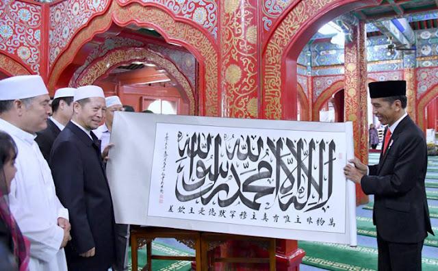 Heboh Bendera Tauhid Dibakar Banser, Mardani Unggah Foto Jokowi Pegang Kaligrafi Kalimat Tauhid
