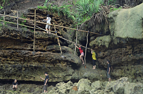 Menuruni tebing di Pantai Jogan