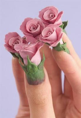 Uñas decoradas con rosas literalmente