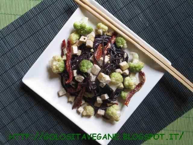 Noodles di riso nero piccanti con tofu, cavolfiore verde e pomodori secchi