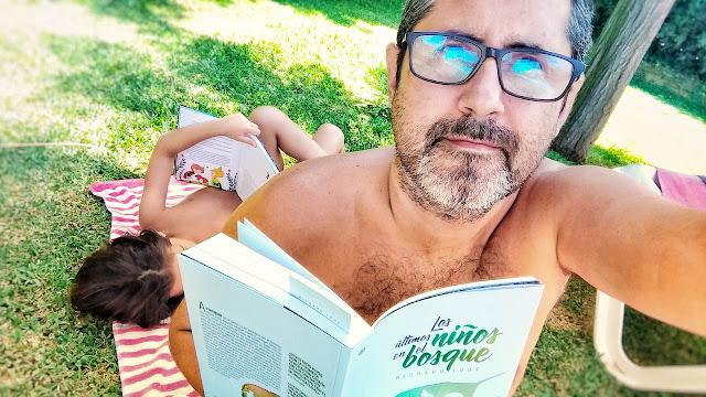 Leyendo junto a la piscina con la pequeña Leia.