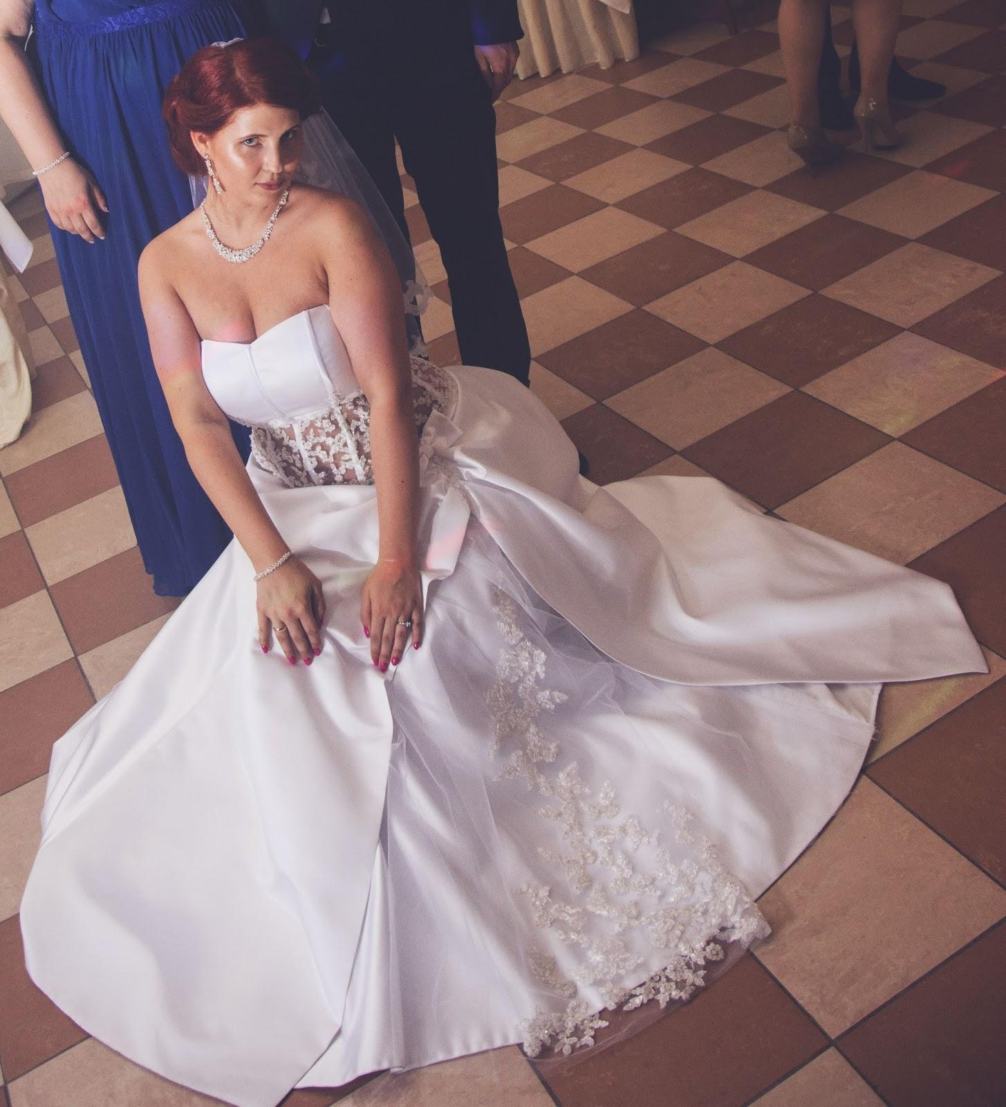 33f331568e Oto moja piękna suknia ślubna. Wykonana jest z śnieżnobiałego atłasu oraz  koronkowego gorsetu