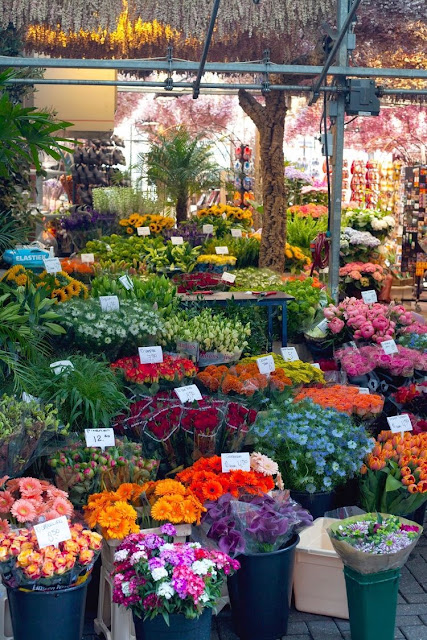 It's easy to buy beautiful flowers for your love at one of Amsterdam's ubiquitous flower shops and kiosks