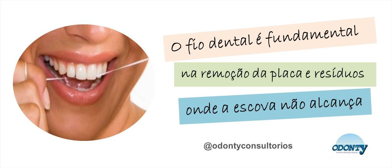 0ac3d052d O uso do fio dental é fundamental para remoção da placa e de resíduos de  alimentos que ficam entre os dentes