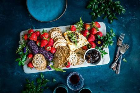 Bandeja de galletas y frutas