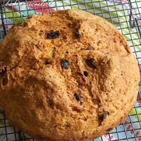 http://www.bakingsecrets.lt/2015/10/airiska-sodos-duona-su-razinomis-irish.html