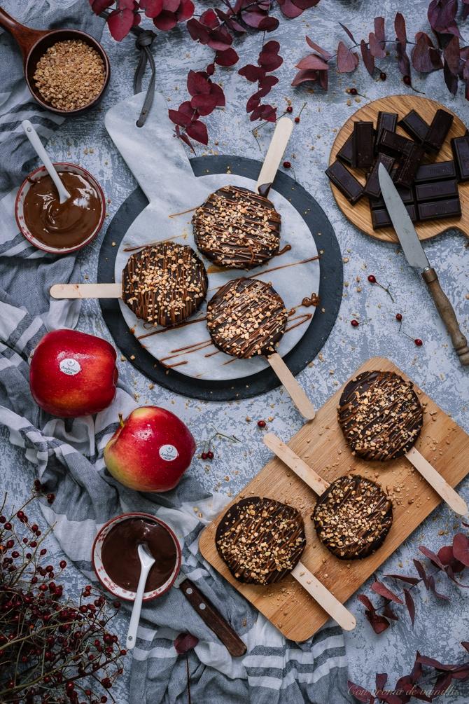 Piruletas de manzana con chocolate y caramelo