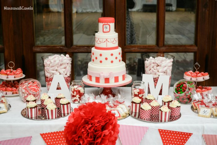 Manzana canela tarta y mesa dulce para una boda en blanco for Mesa de dulces para boda