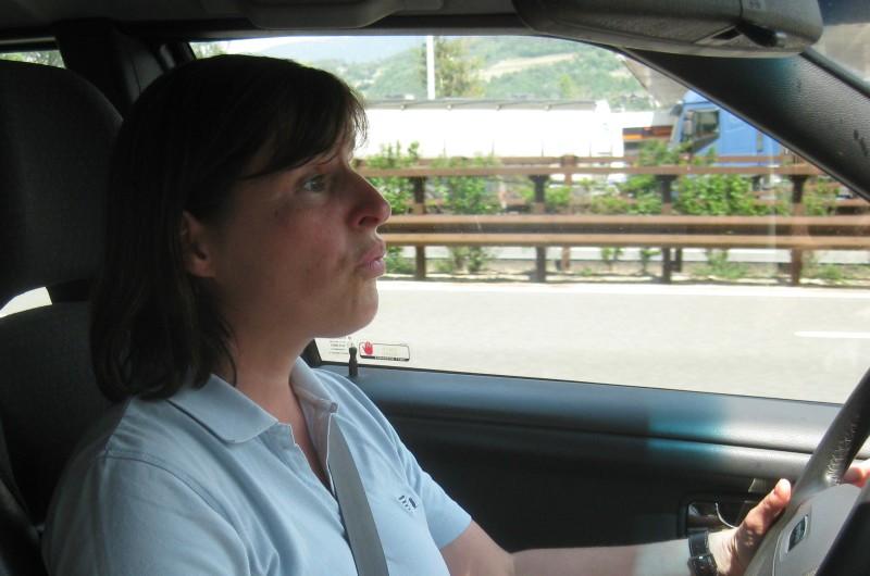 Barbara im Auto; italienische Autobahn