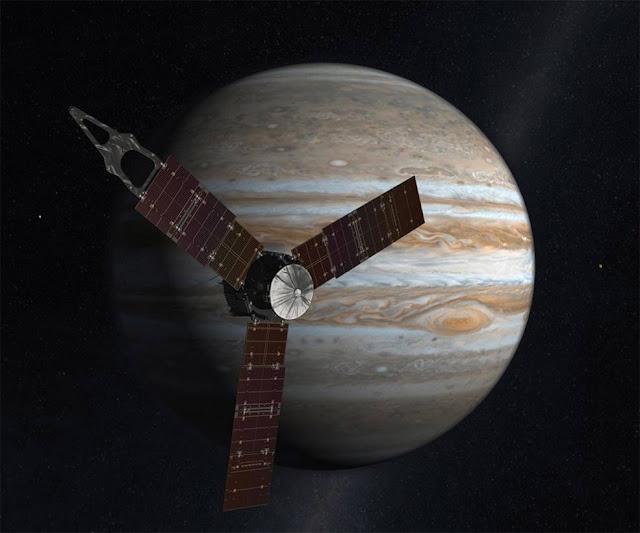 Ilustração da sonda Juno sobrevoando Júpiter